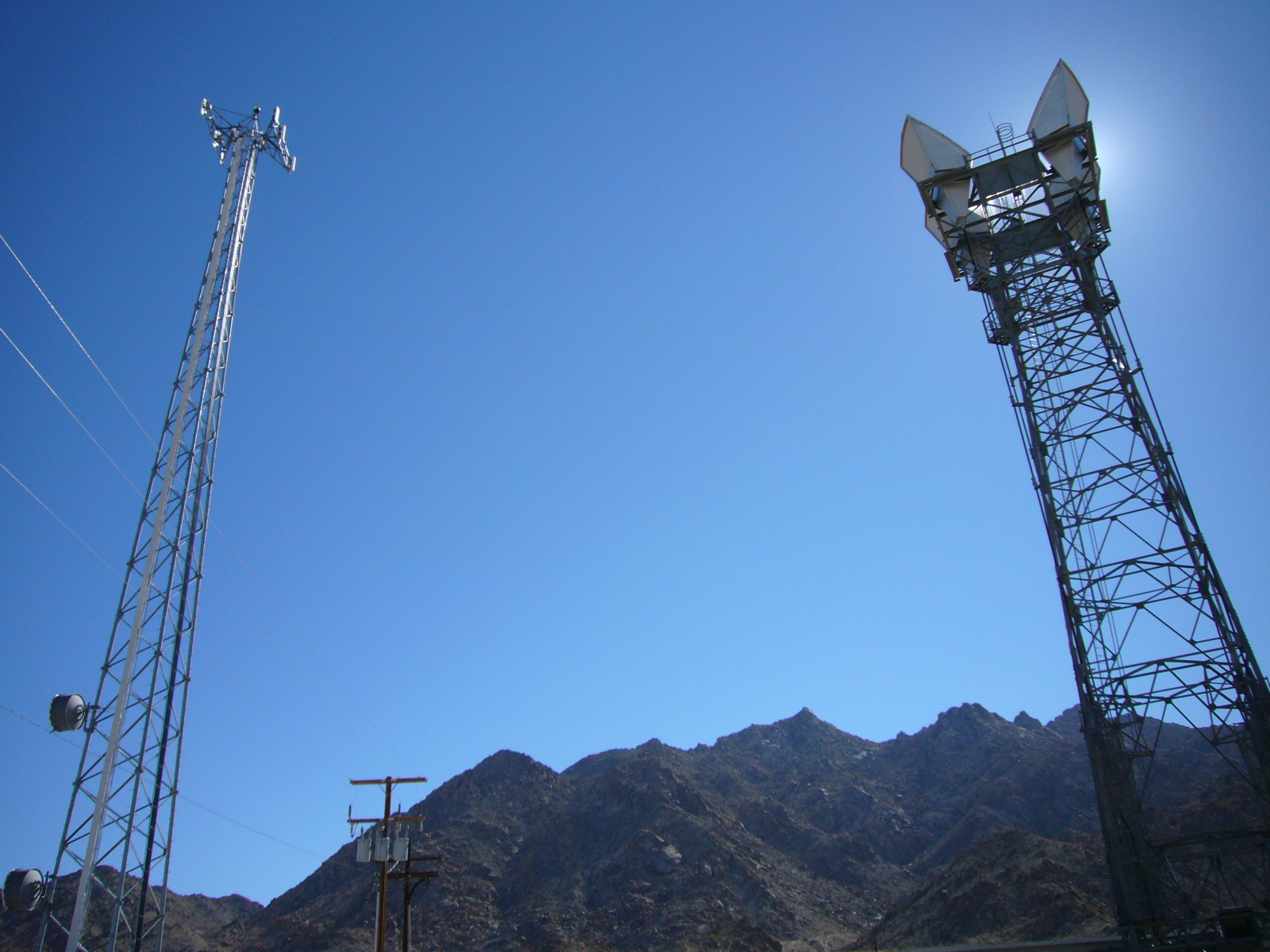 Ultra-Long-Microwave-Link-towers-in-Mojave-Desert-2007