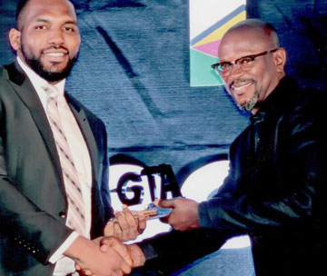 At the Ghana Telecom Awards in May 2015. Ahmed Adama, Aviat Ghana country manager (right) proudly accepts on behalf of all Aviat Networks the honor for Best Microwave Backhaul Vendor of 2015.
